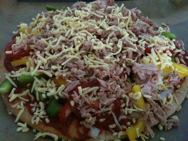Nog een keer: Pizza voor dochter: zelfgemaakte tomatensaus, verse tomaat, paprika, ui, 'bio'-tonijn en kaas...
