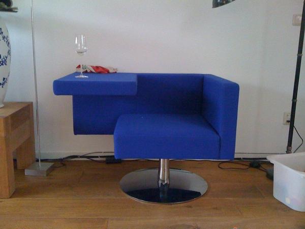 @MaaikeS zeg; die stoel. die blauwe. hoe heet tie eigenlijk?